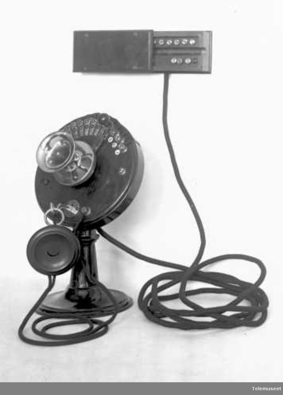 Telefonapparat, bordtelefon i tre, lokal, med fast mikrofon, klokke likestrøm. Elektrisk Bureau.