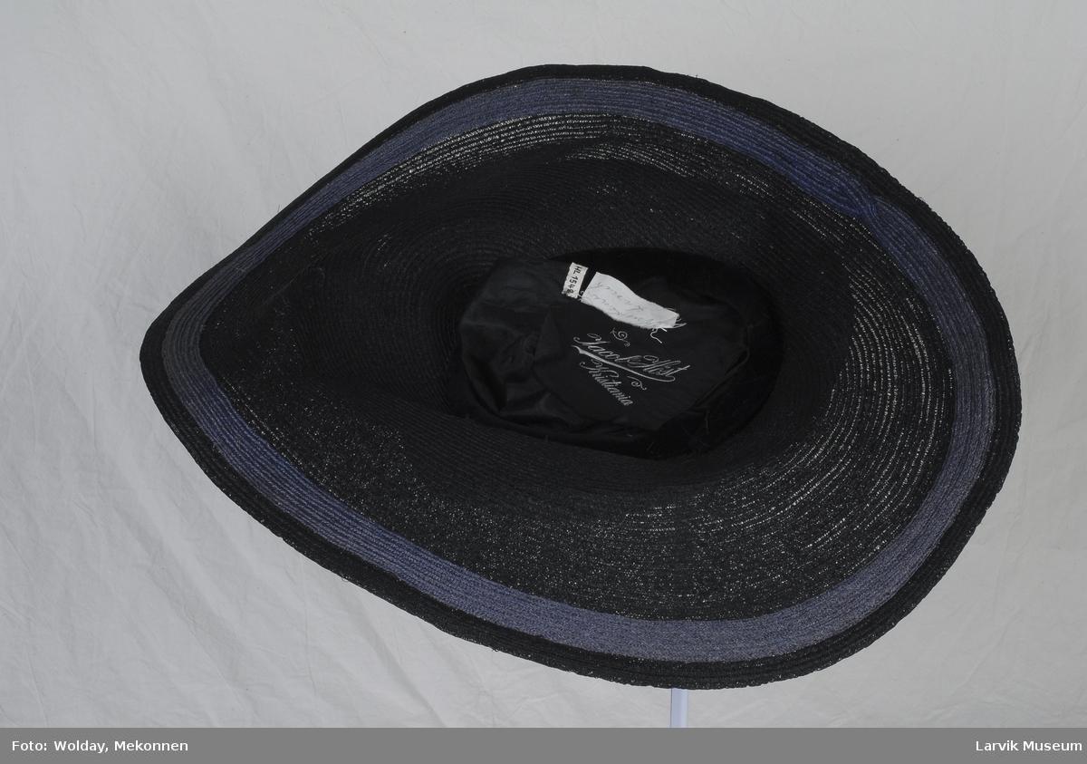 Form: sort stråhatt med blått satengbånd, 2,5 cm.