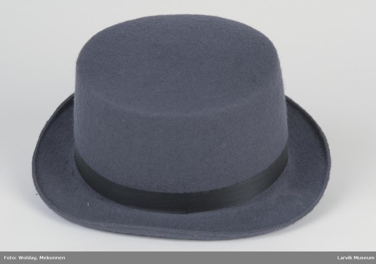 Form: grå filt, sort silkebånd 2,2cm br. svakt