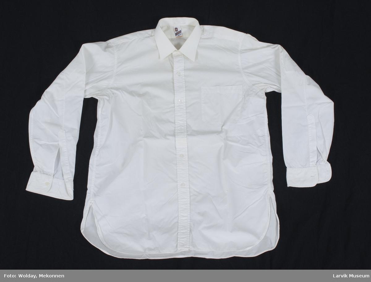 Form: hvitt bomullstøy, 6 knapphull, 5 knapper midt