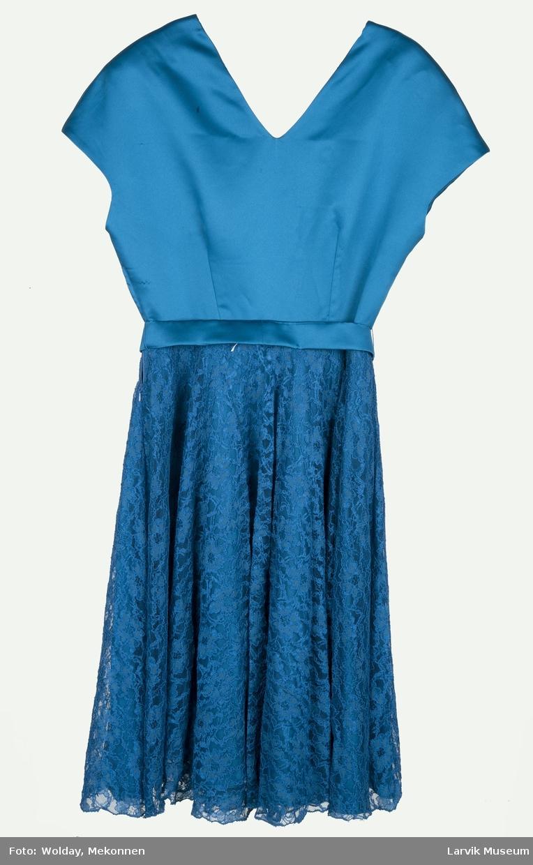 Blåturkis hel kjole i blank imitert silke. Smalt liv med belte og vidt skjørt med blondeskjørt.