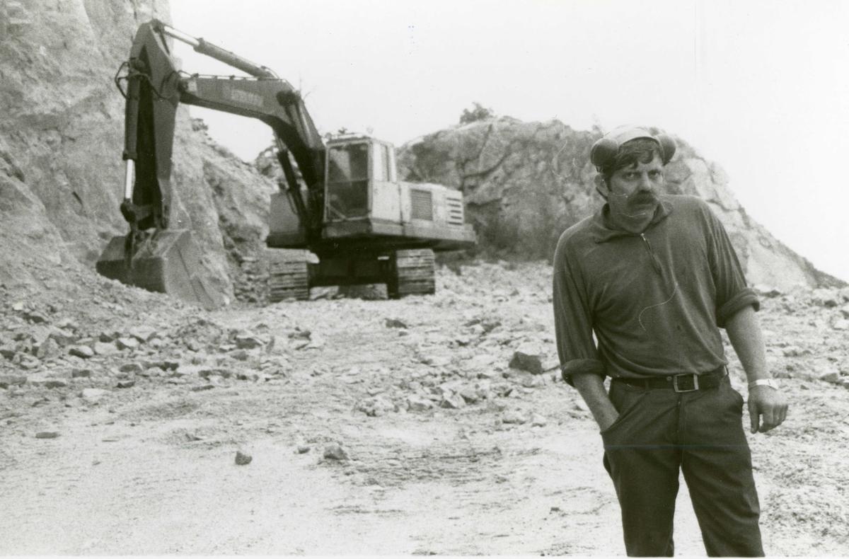 Snekkevika kvartsbrudd, Sannidal. Maskinfører Inge Bakken. Ca. 1980