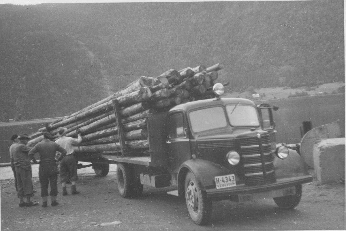 Første last bilbunt tippet ved Lastein, Dalen, Tokke 1956. Lastebil, H-4343, Bedford 1946-53.