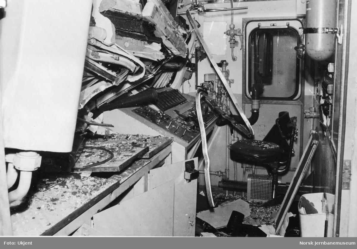 Kollisjonsskadet elektrisk lokomotiv El 11 2145 etter kollisjon med motorvogn Bmeo 67 05 på Ski 6. aprll 1967
