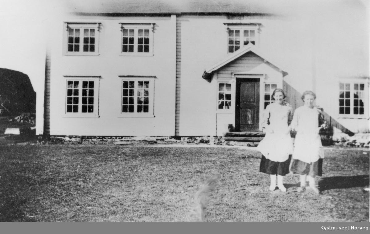 Flatanger - Ukjente kvinner foran hus