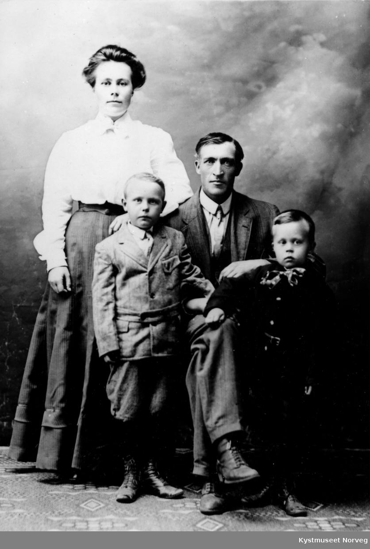 Bak fra venstre: Anna og Albert Hegge, foran fra venstre: Thomas, Alf Hegge