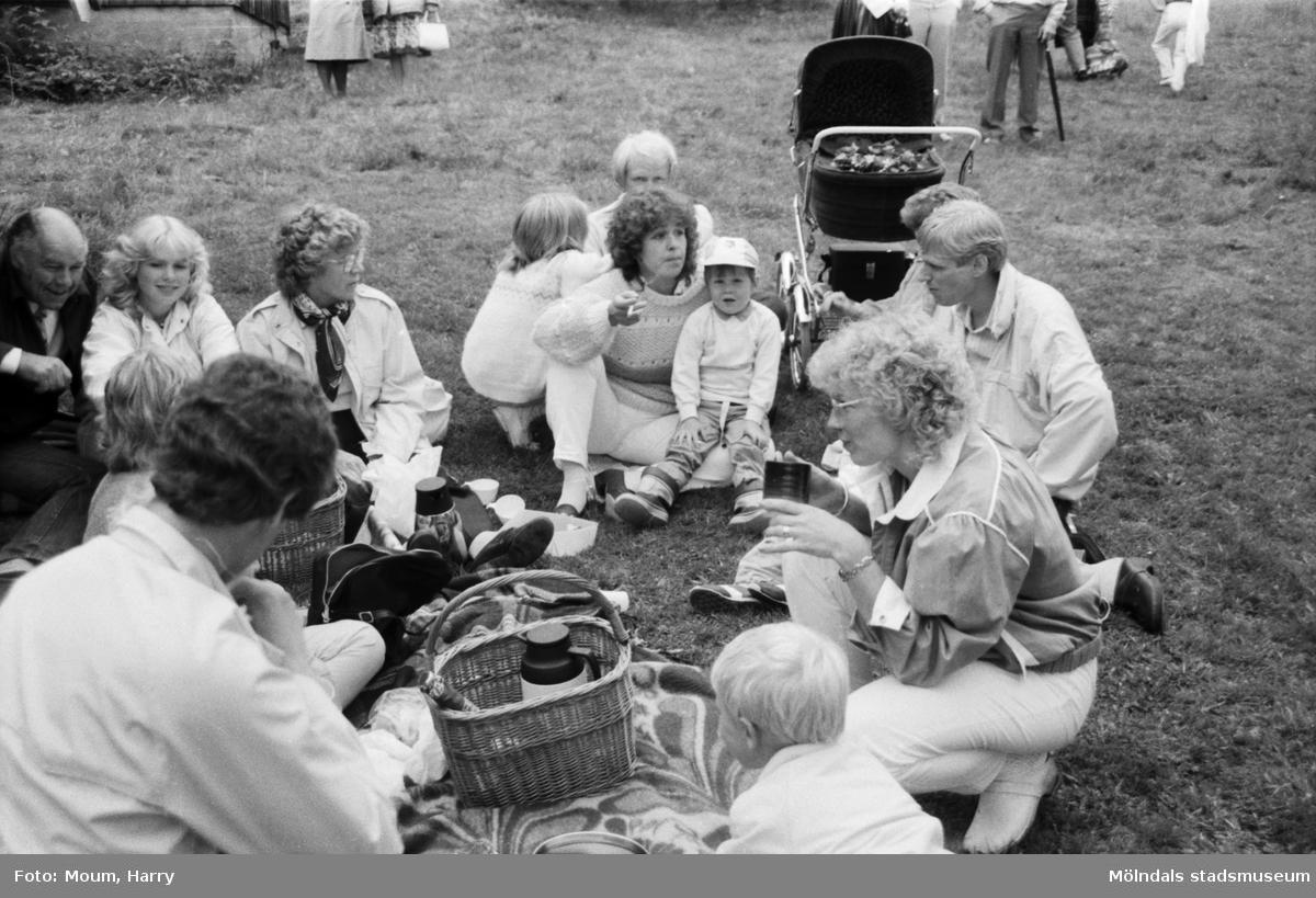 Midsommarfirande på Börjesgården i Hällesåker, år 1984.  För mer information om bilden se under tilläggsinformation.