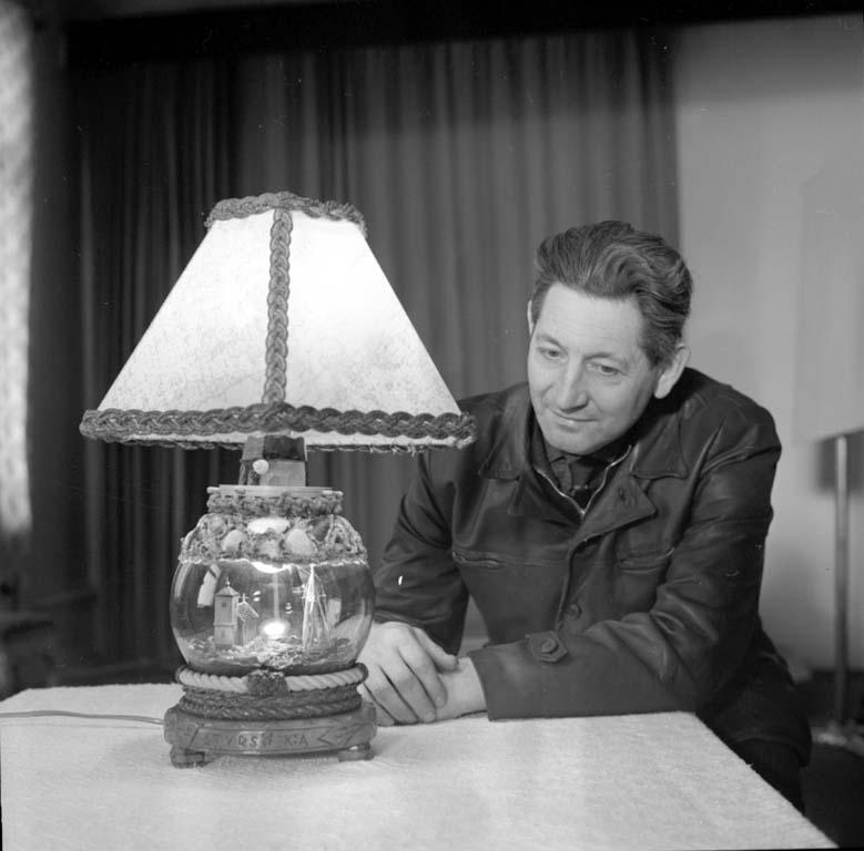 "Enligt notering: ""Gubbe med lampa 23/2 1960""."
