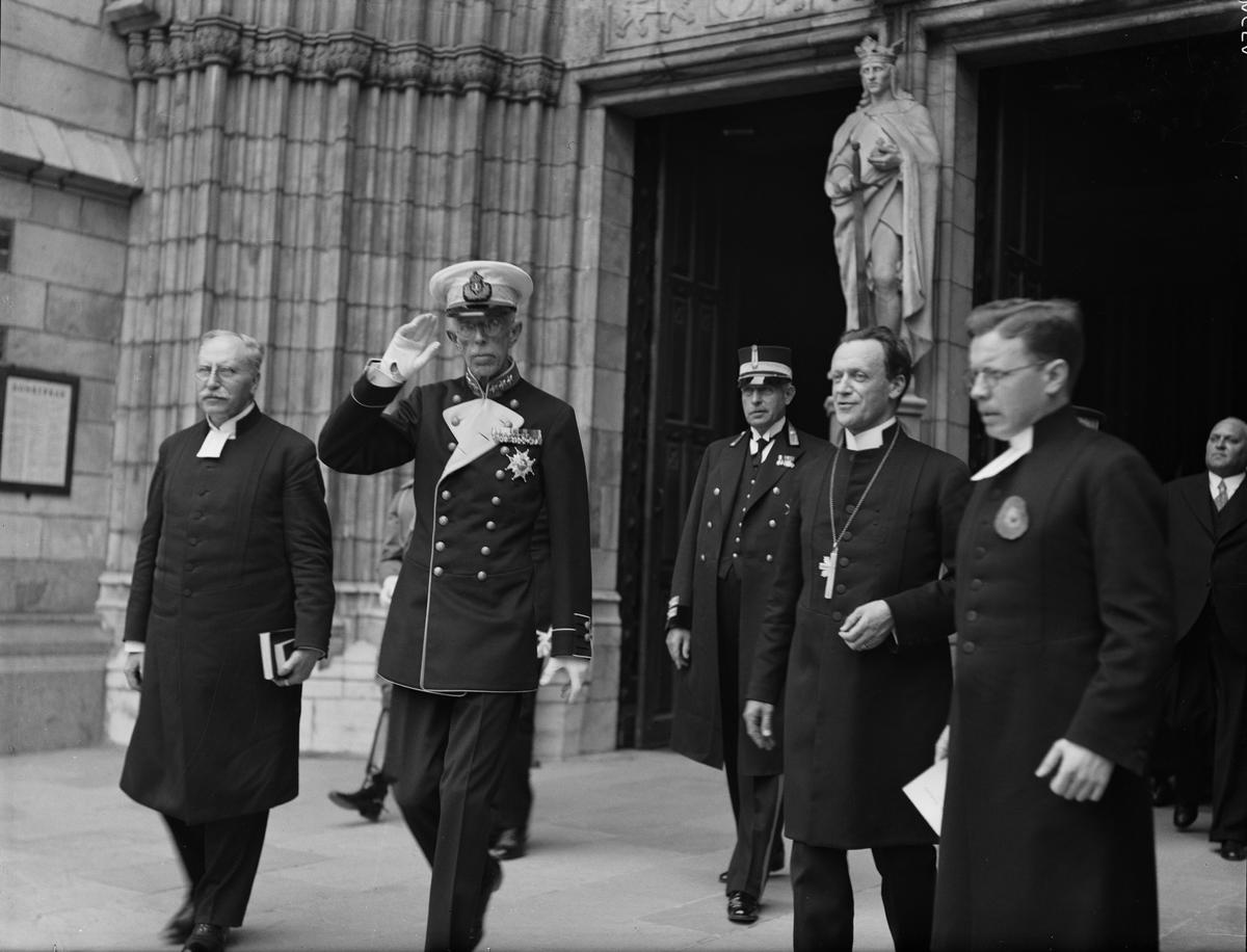 Ärkebiskop Erling Eidem och kung Gustav V utanför Uppsala domkyrka, Uppsala 1935