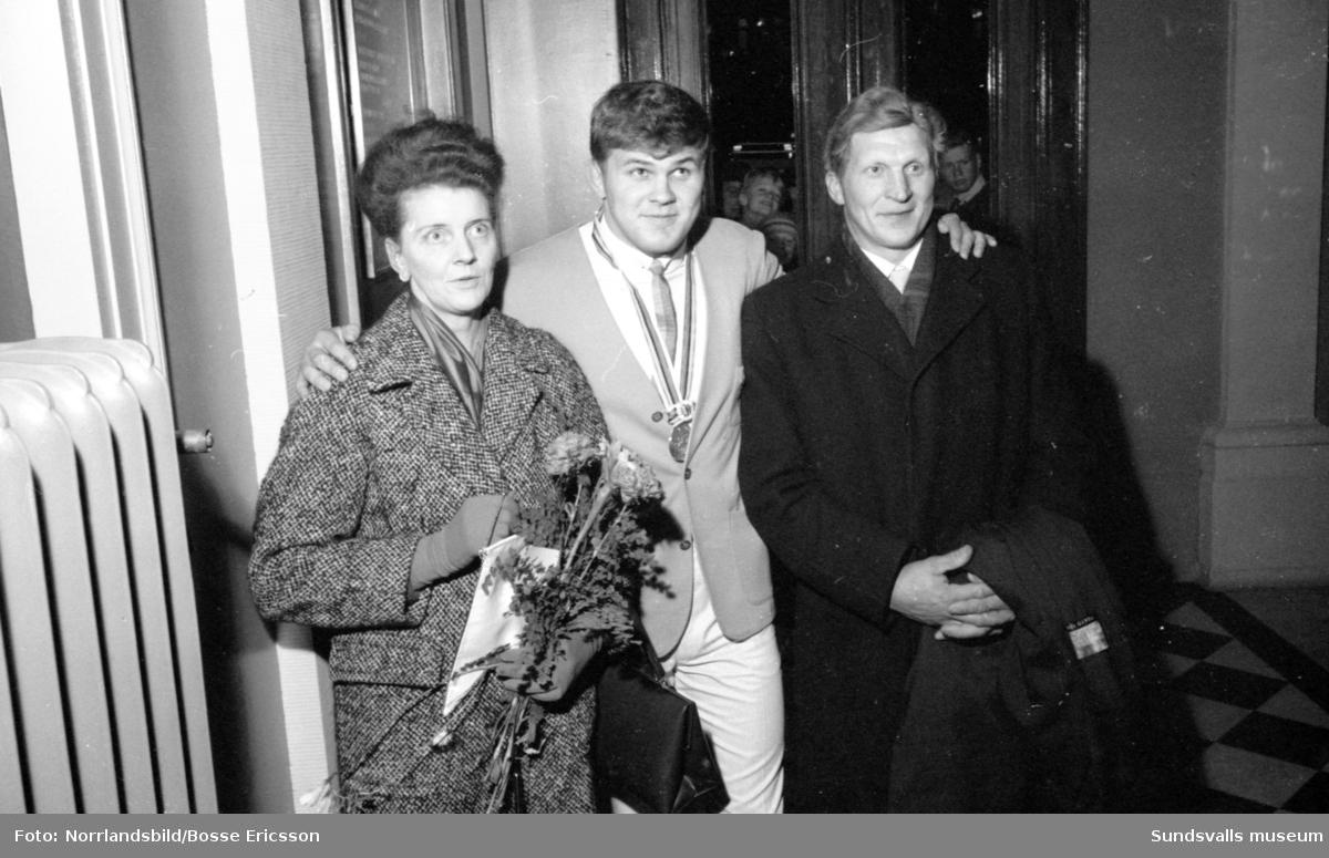 Medaljörer från OS i Tokyo 1964 välkomnas hem på torget i Sundsvall. Pelle Svensson, brottning, silver. Ingvar Pettersson, gång, brons.