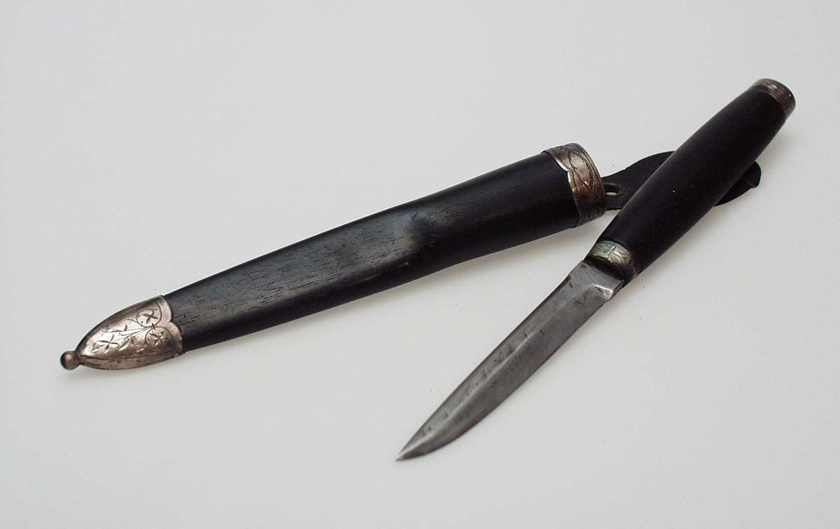 Kniv med sort skaft, gravert sølvbeslag og hempe.