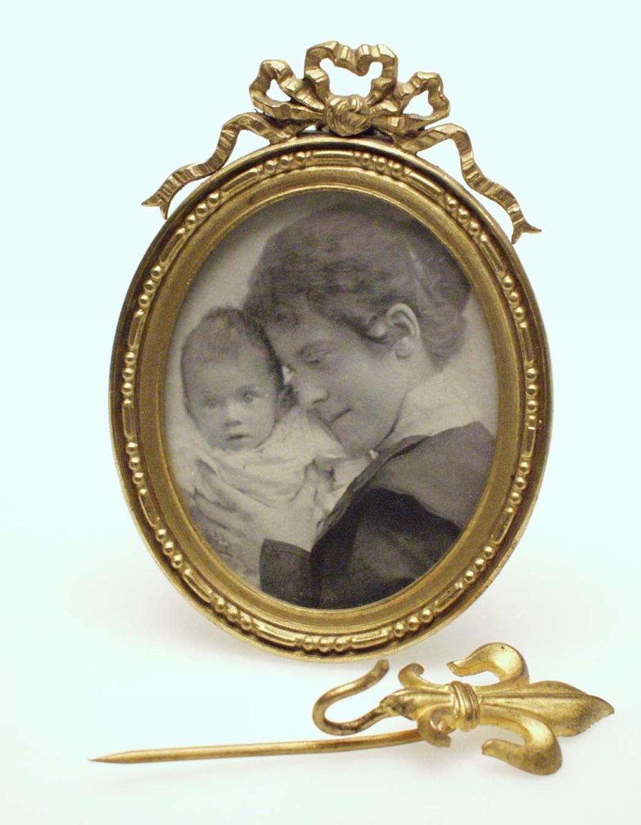 Ung kvinne som holder et spedbarn opp til hodet.