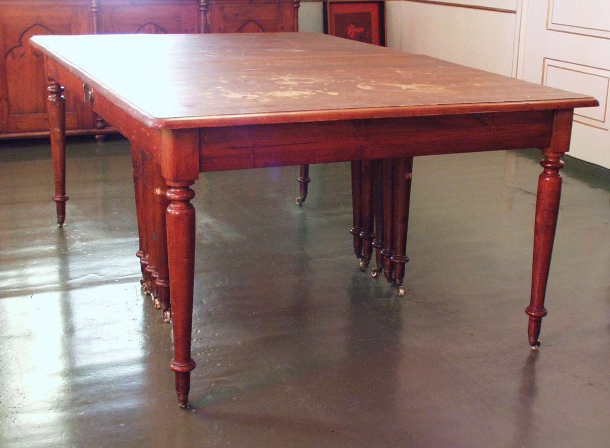 2-delt, uttrekkbart, rundet profilering på ben, ben på rullefot. Under bordet 5 ben på hver side til støtte for uttrekk. Platen har rundede og profilerte hjørner.