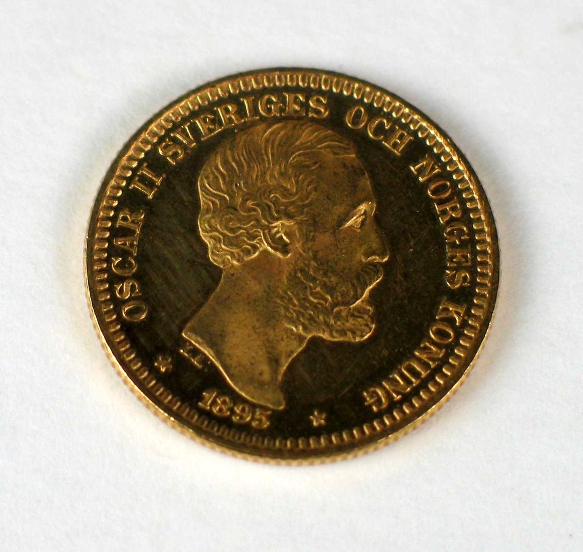 En 20-krone i gull med Oscar II's portrett.