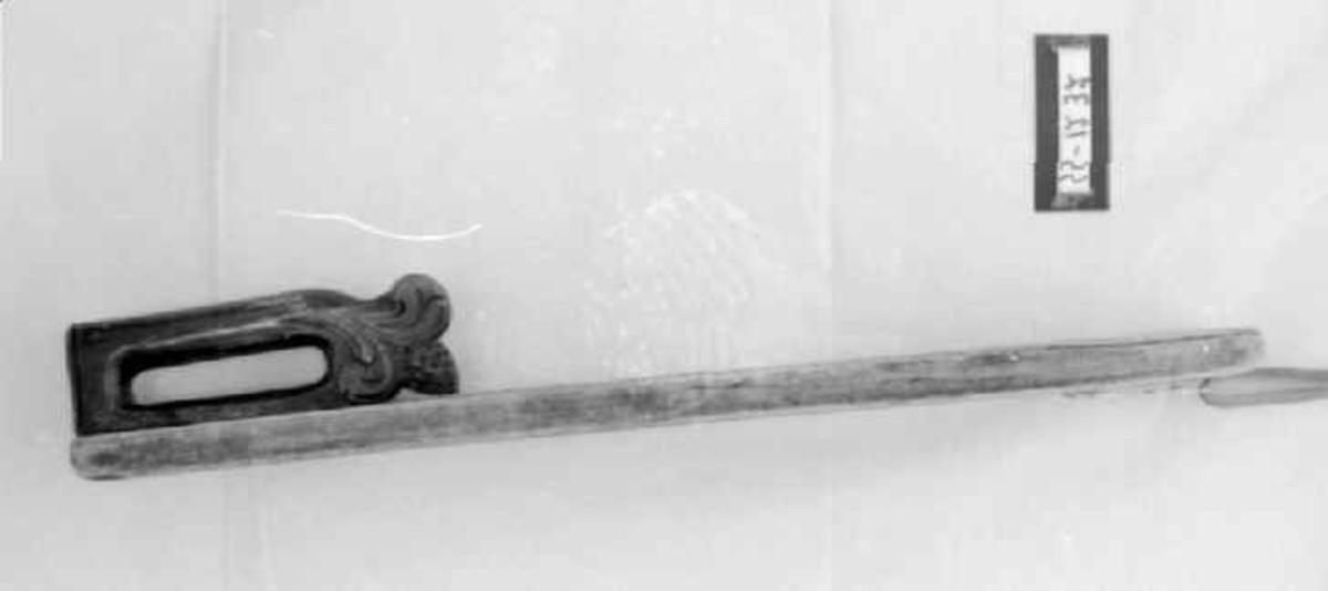 Karveskurdsdekor på brettet, akantus på håndtaket