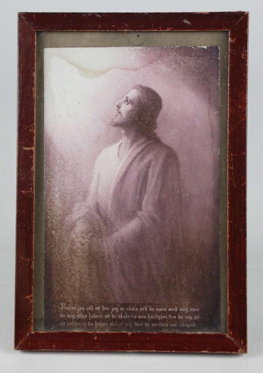 Kort med religiøst motiv og bønn skrevet på svensk. Det er rammet inn med brun trelist.