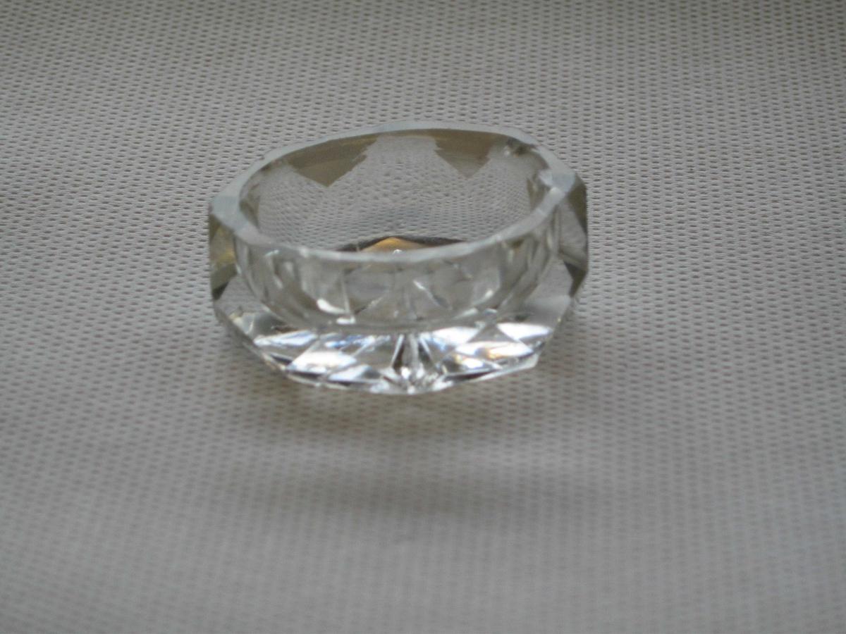 Saltkar av støpt glass, avlang sekskantet fasettslipt med stjernemotiv under bunnen. Saltrommet og stjernemotivet under bunnen har støpt originaloverflate. Resten er slipt til.