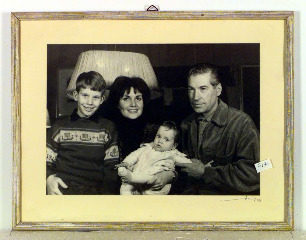 Familiefotografi av Marianne og Tore Hamsun med barna Torgeir og Regine.