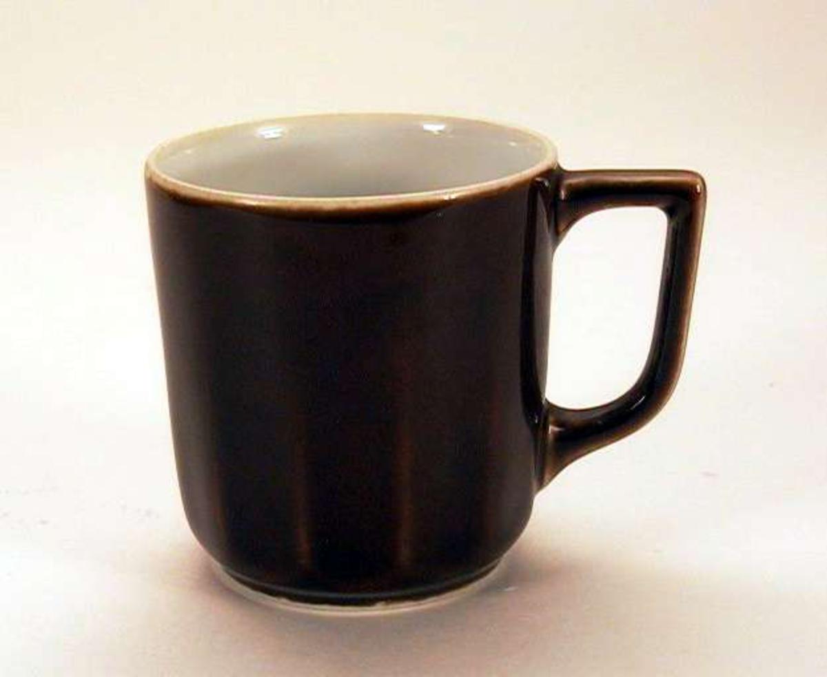 Liten, rettsidet kaffekopp i porselen. Den er brunglasert utenpå, hvit inni. Koppen er sprukket og det er skår i kanten.
