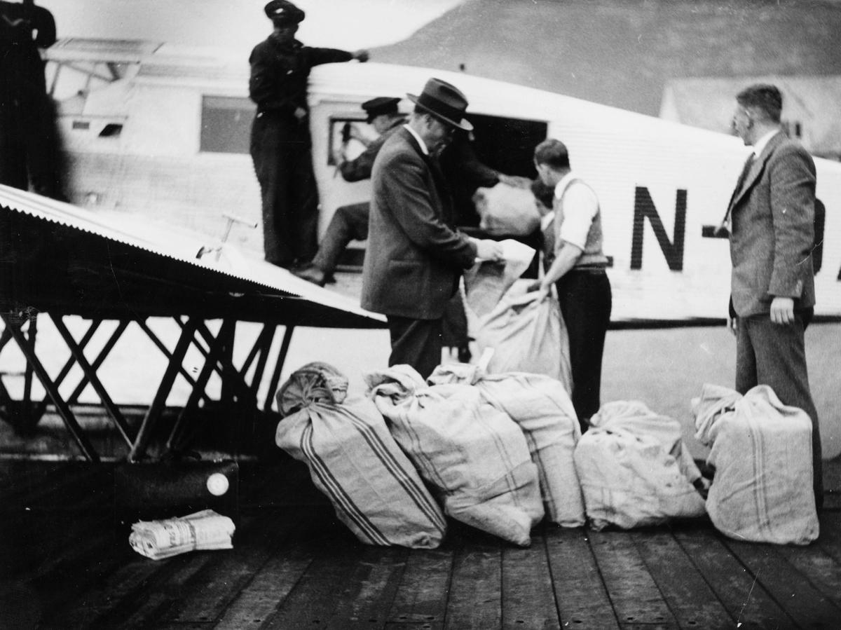 transport, fly, eksteriør, Bergen, sjøfly Ternen Junkers W 34, Bergen-Slinde-Balestrand, lasting, postsekker, menn