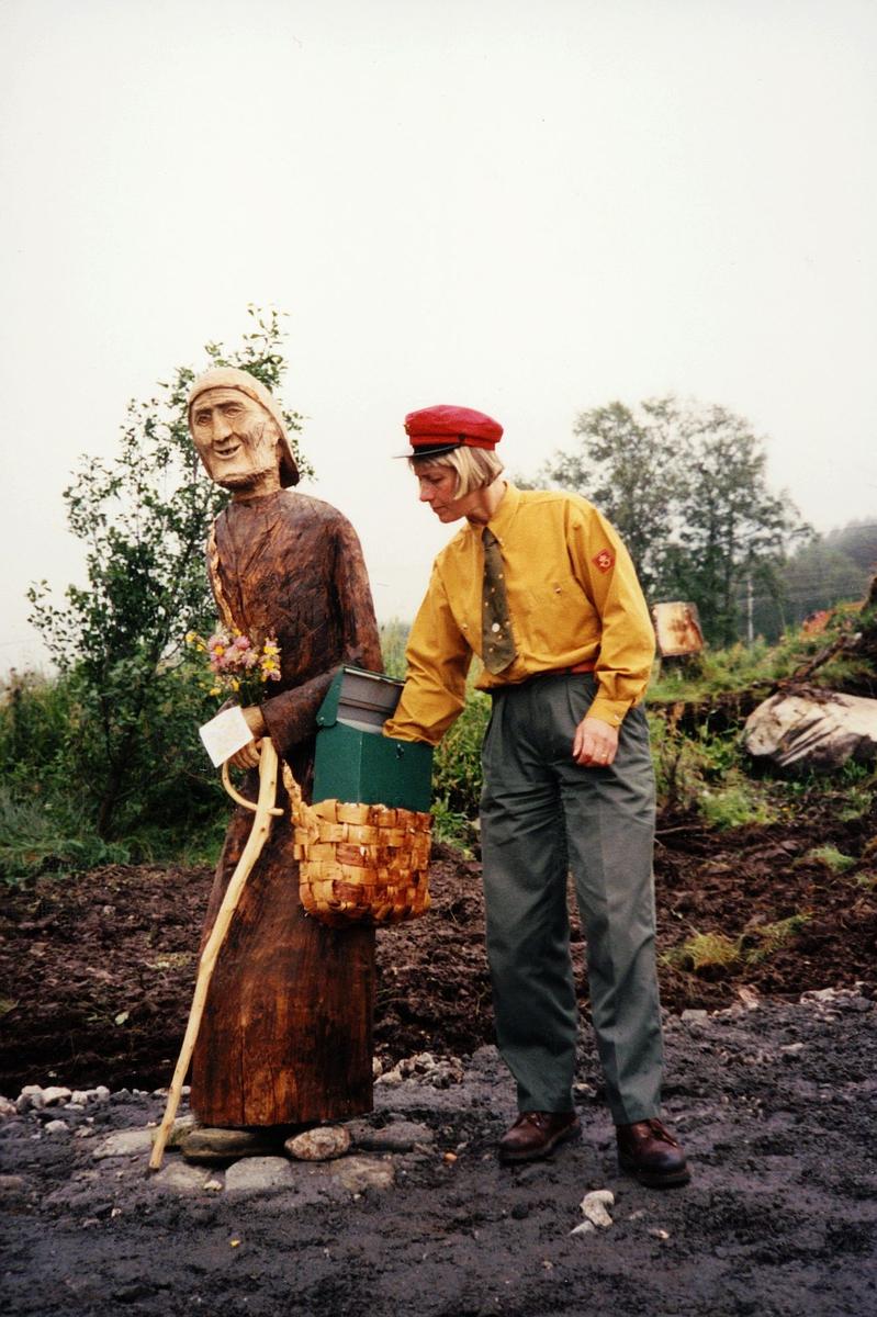 postkasse, privat, stativ av en gammel bjørk er laget som en gammel dame, landpostbud