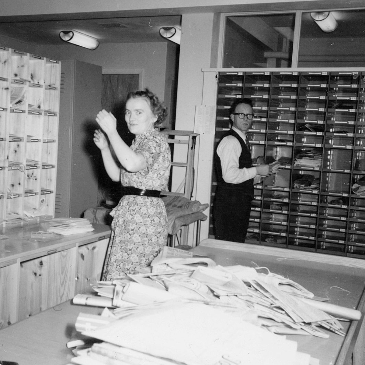 person, lokalbud Refsnes, postbud Eikeland, interiør, brevsortering
