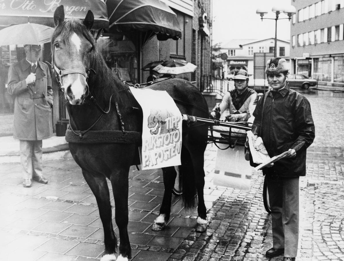 kampanje, Fredrikstad, posten, rikstotto, hest, kjerre, postbud i uniform, menn