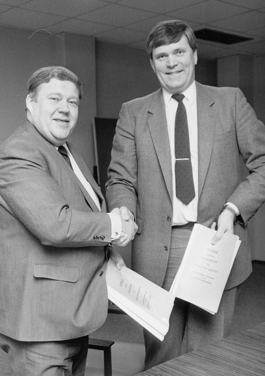postal informasjon, pressekonferanse, to menn, underskrift avtale Nixdorf