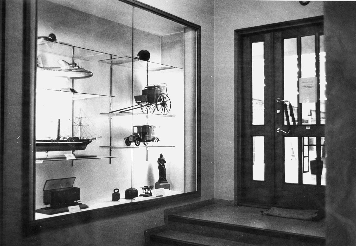 postmuseet, 4. etasje, Dronningensgate 15, 1957-1988, inngangspartiet, modeller i montre