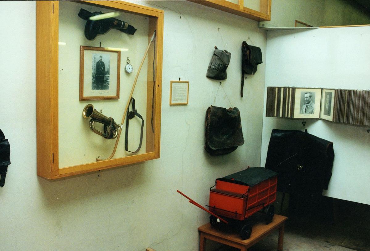 Postmuseet, Oslo, 4 etg. Dronningensgate 15, utstilling, posthorn, våpen, postvesker.