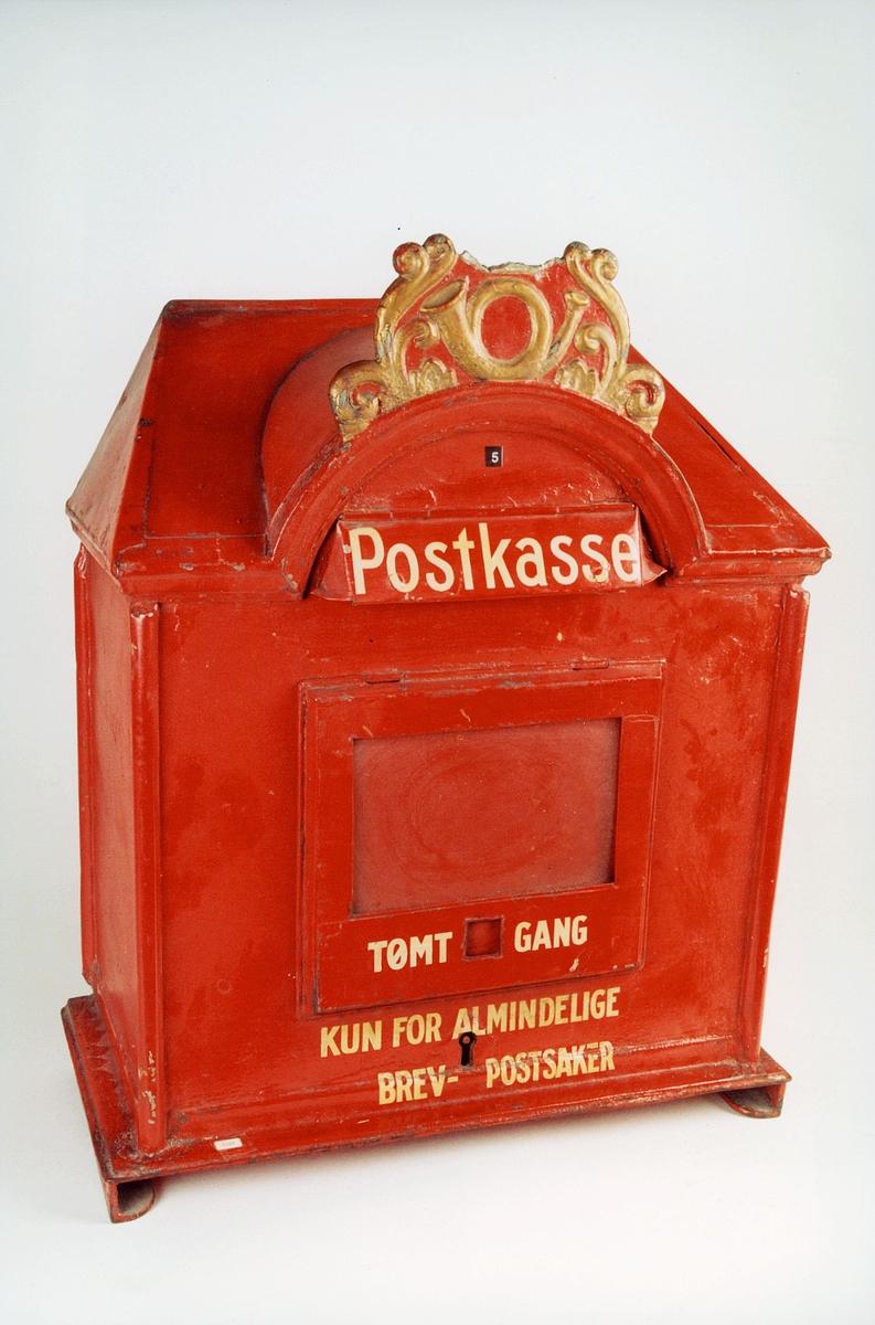 Postmuseet, gjenstander, postkasse, brevkasse, nøkkelhull, med plakat, vindu for antall ganger kassen er tømt, posthorn (Postlogo) og ornamenter, Postkasse tømt - gang Kun for almindelige brev- og postsaker, fra før 1956.
