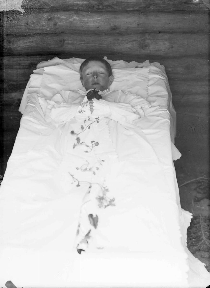 N.Fron. 13.04.1901. Karl Byrhagens lik. Åpen kiste.
