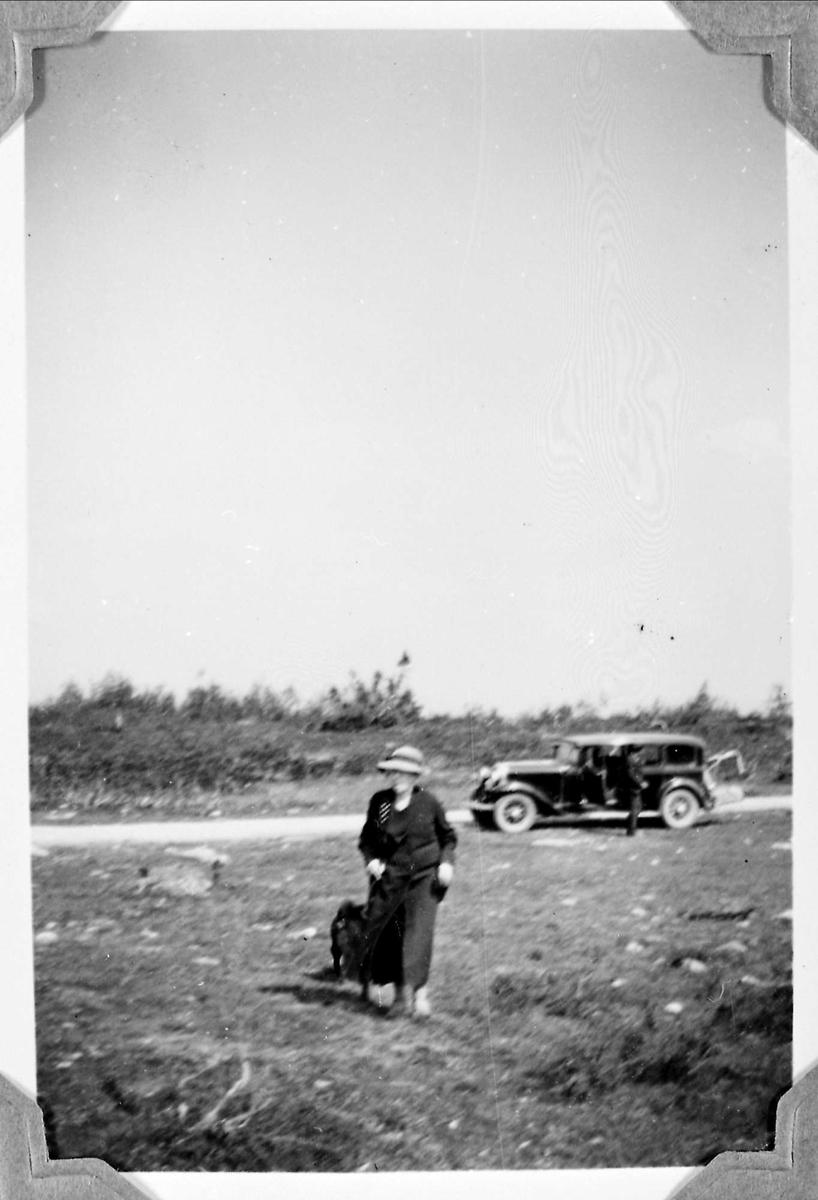 Kvinne, fjell, bil