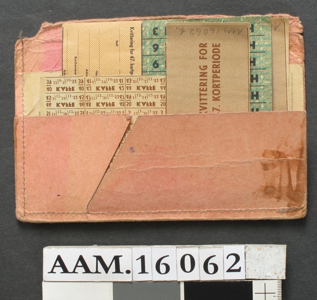 Mappe med   rasjoneringskort,  under og etter krigen 1940-45,   Rosa papirmappe, den ene halvdel avslitt, 17,4 x 12.  Inneholder: 3 tekstilkort, 4. kortutdeling, for Knut Engh,  Bibbi Engh, Brit Engh.  Strømpekort,2 stk. for kvinner over 14  år.   Rasjoneringskort for matvarer, 3 stk.  Hovedkort for 46. kortperiode.   Ekstrakort for 46. kortpeiode.  (også grenseboerbeviset lå i mappen)