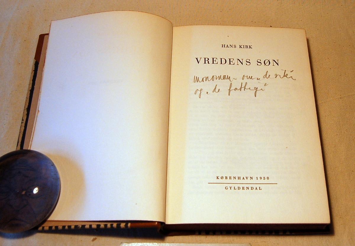 Filosofen Peter Wessel Zapffe og hans kone Berit testamenterte sin eiendom på Båstad i Asker til Universitetet i Oslo. Da det ble besluttet å selge eiendommen i 2009 ble deler av P.W. Zapffes arbeidsrom og andre eiendeler overlatt til Asker Museum. Denne samlingen inngår nå som en permanent utstilling på museet. Bok med stripet brunt omslag