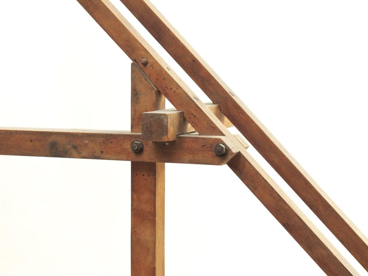 Konstruksjonsmodel  til undervisning på yrkesskole. bestående av sperre, bukk og bjelke.