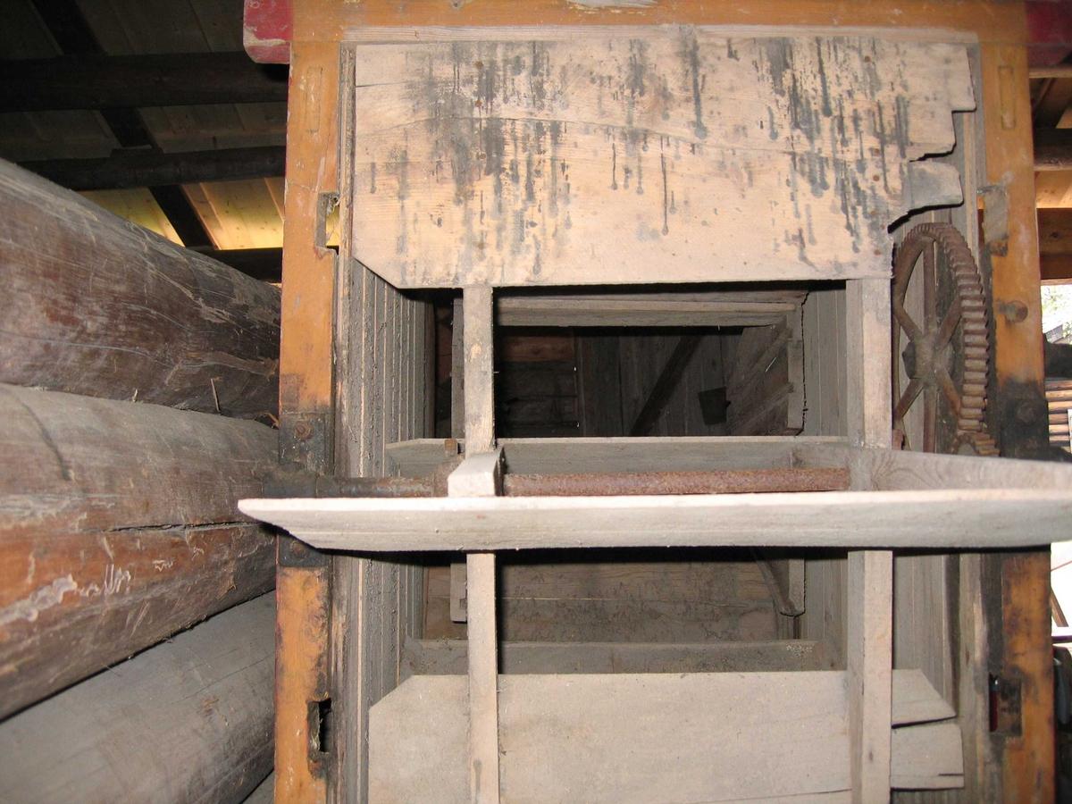 Maskin til rensing av såfrø. Består av en fast trekasse på bein, Med et løst, halvsylinderformet viftehus bak. I Viftehuset er en vifte med fire flate vinger.  Inne i trekassen henger en bevegelig ramme med sikter i ulik hullstørrelse. Nettingen på en av de fineste siktene var helt rustet opp, og har blitt erstattet i forbindelse med konservering av maskinen.  Mekanikken består av en sveiv, som via tannhjul, aksler og stag driver vifta, og skaker soldene.