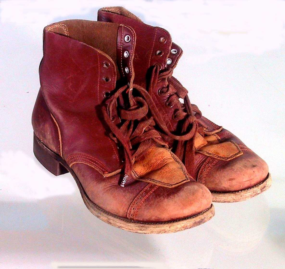 Form: Skolett med snøring midt foran gjennom åtte par hull.  Gummisåle under hæl.