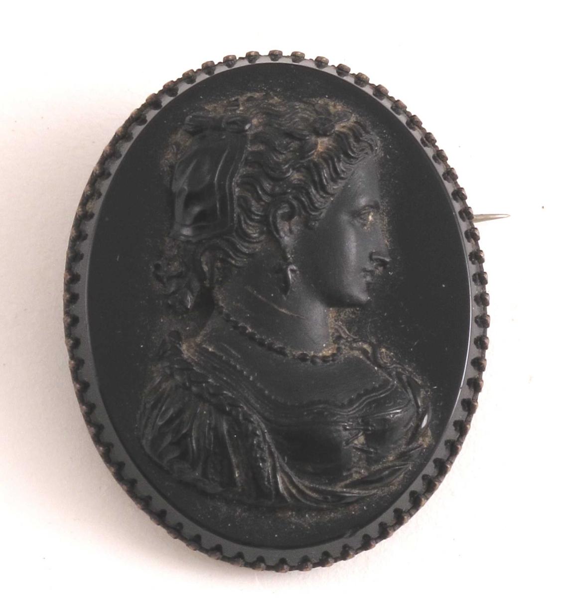 Kvinne i profil, utskåret i relieff