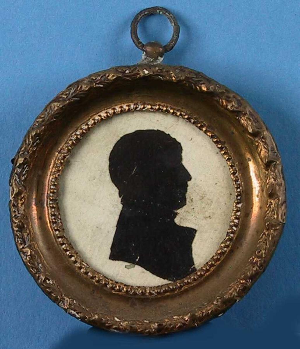 Portrett av Gyntelberg Abel Larssøn (1816-1910).  Silhouett som fyller nesten hele rammen, portrett av en storladen  middelaldrende mann, kortklipt hår, hals bred, avskåret over brystet.