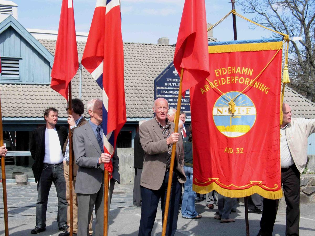 1.mai på Eydehavn. Flaggborgen  på Eydehavn Torg. Norske og røde flagg, fane Eydehavn Arbeiderforening.