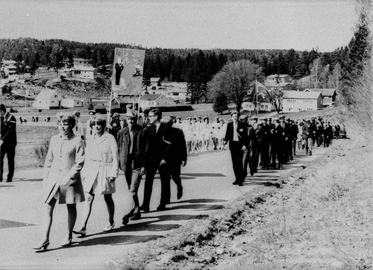 Bilder fra Birkenes kommune Realskolen - 1. klasse 17 mai 1969
