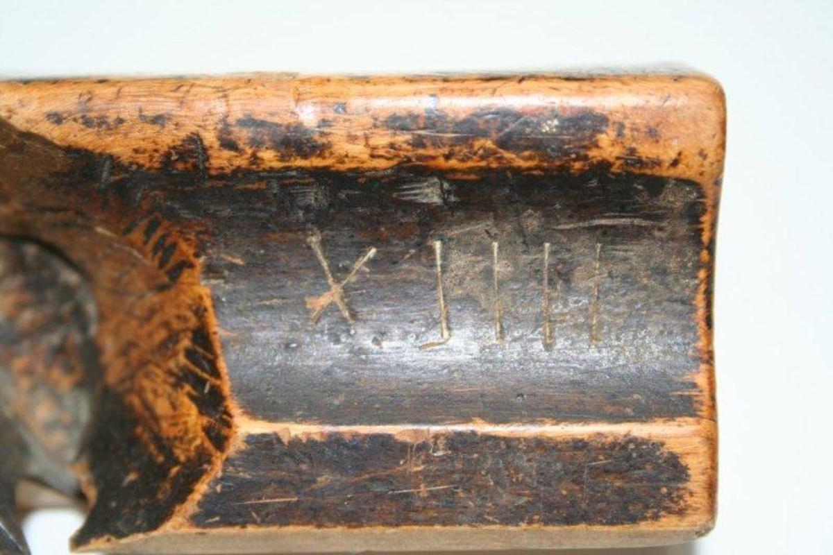 Høvelstokk med fuge på siden til plass for fingrene. Buet (konkav) underside. Sponåpning mot høyre side.
