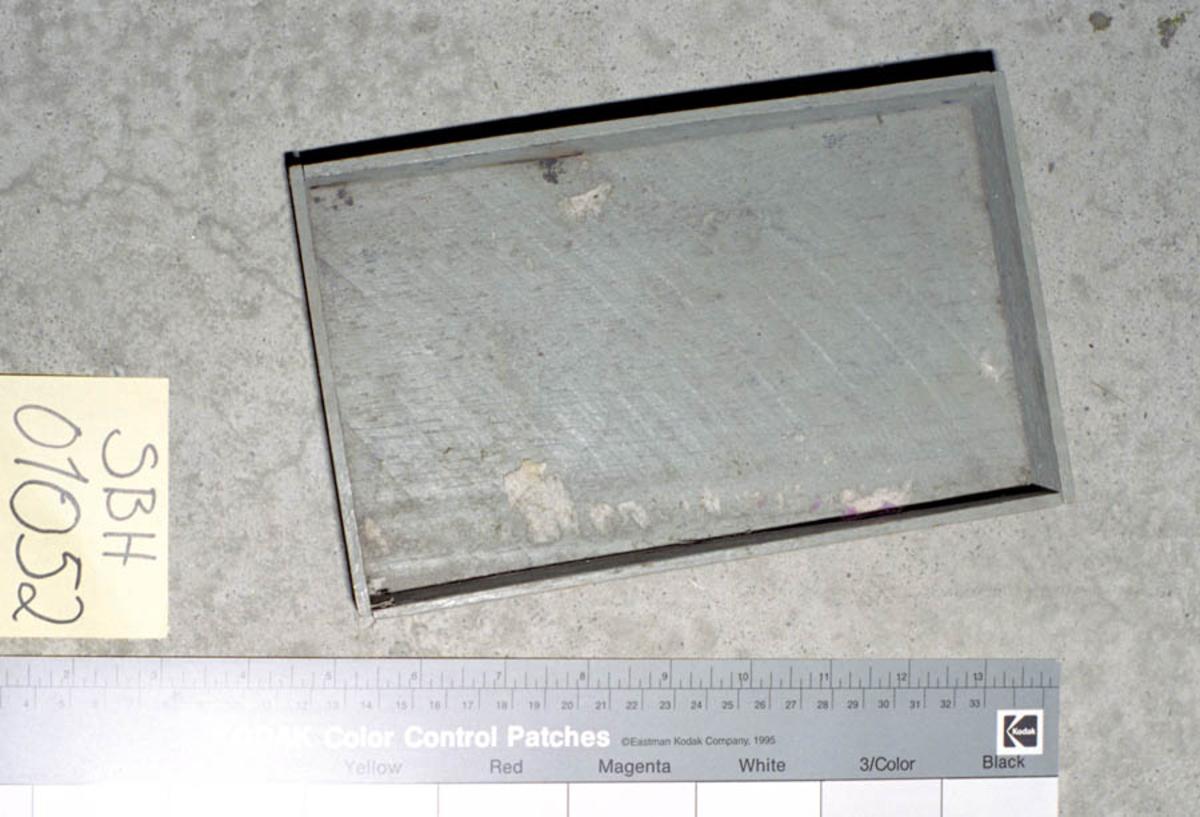 Form: Raktangulær med lave kanter.
