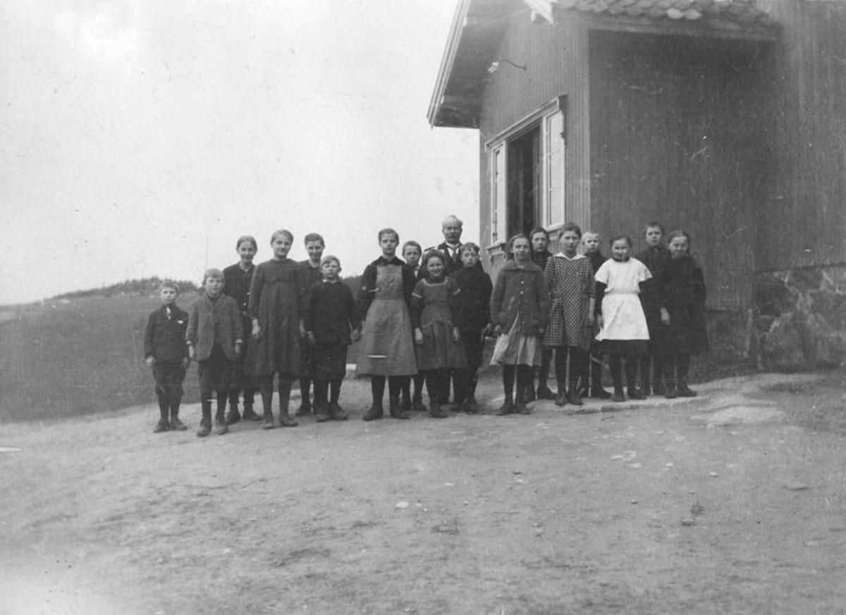 Skolebarn foran skolen