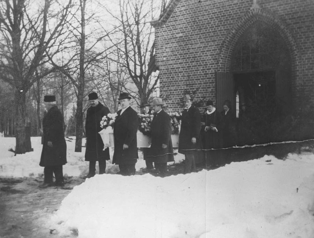 Ole Berge's begravelse. Kisten bæres ut av kirken.