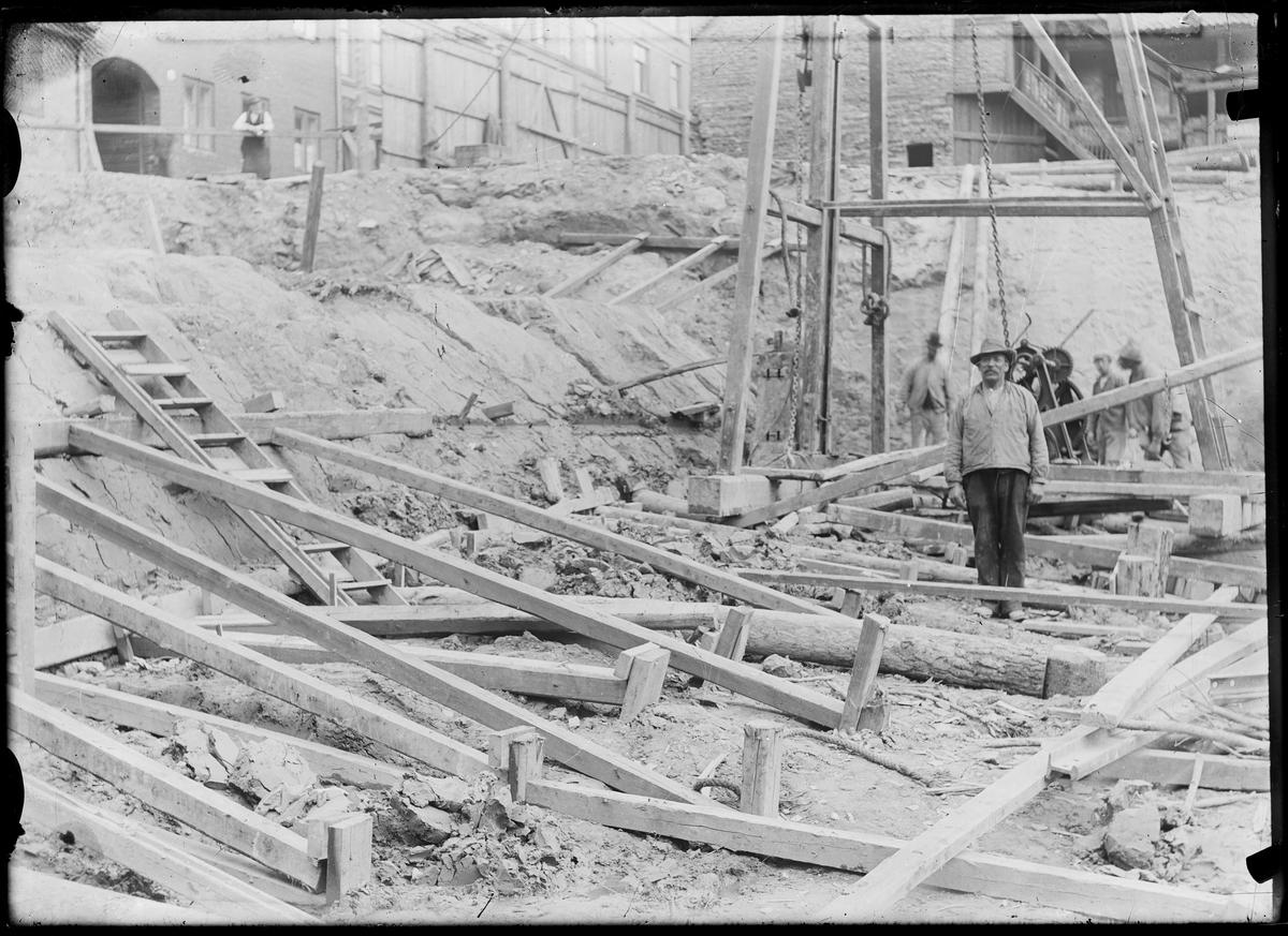 Byggearbeidere på en byggeplass.