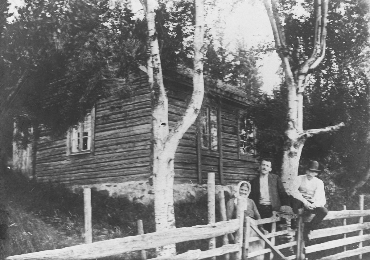 Rustad med Asbjørn Dørumsgård, og trolig Gustav Adolf og Maren (eller Hilda) Rustad