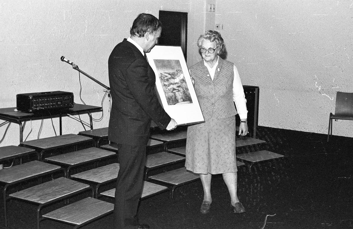 Elsa Svendsen mottar kulturprisen (1982) av ordfører Bjørn Andersen.