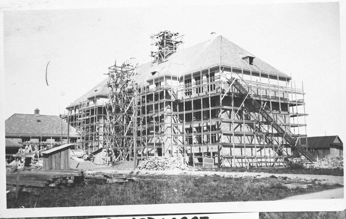 Volla Skole Fra byggeperioden. Bygget er under tak, men dekket av stilaser